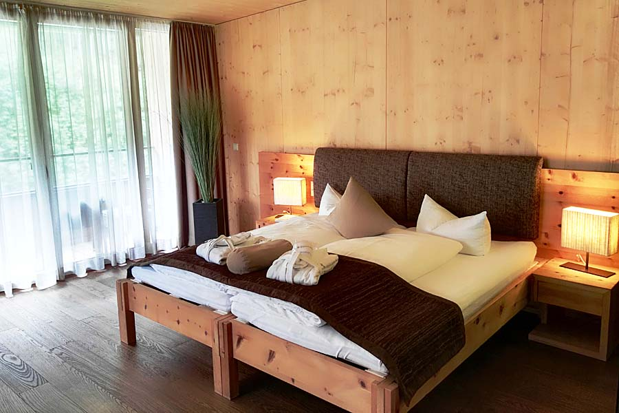 Zimmer-KaminSuite-Zedern Klang-900x600-3